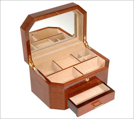 Beautiful Wooden Box (Source: decorativehomess.blogspot.com)